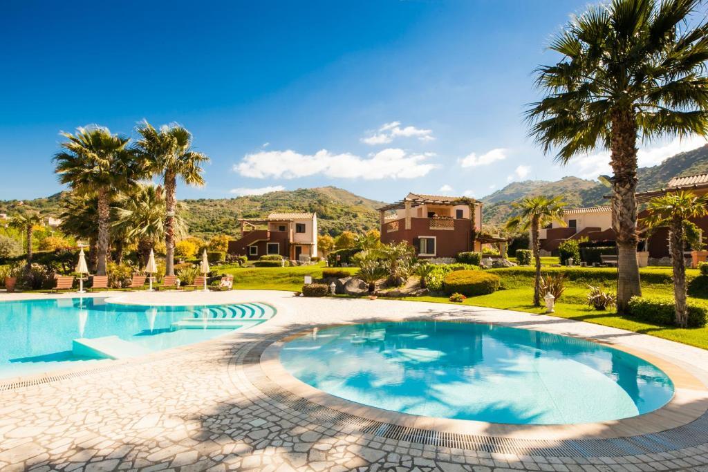 Het zwembad bij of vlak bij Alcantara Resort di Charme
