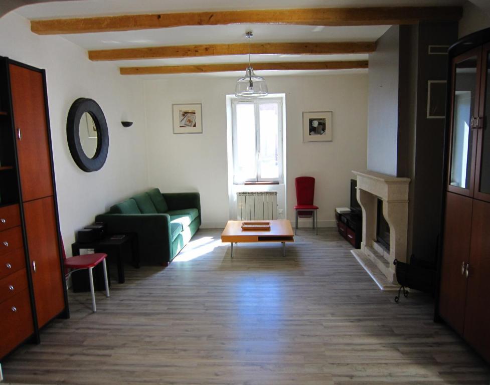A seating area at Maison de charme à La Rochelle
