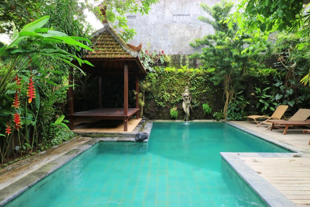 Der Swimmingpool an oder in der Nähe von Pering Bungalow