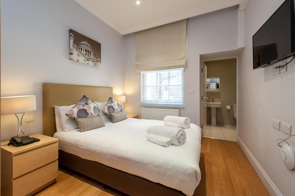 A bed or beds in a room at 12 London Street Apartments