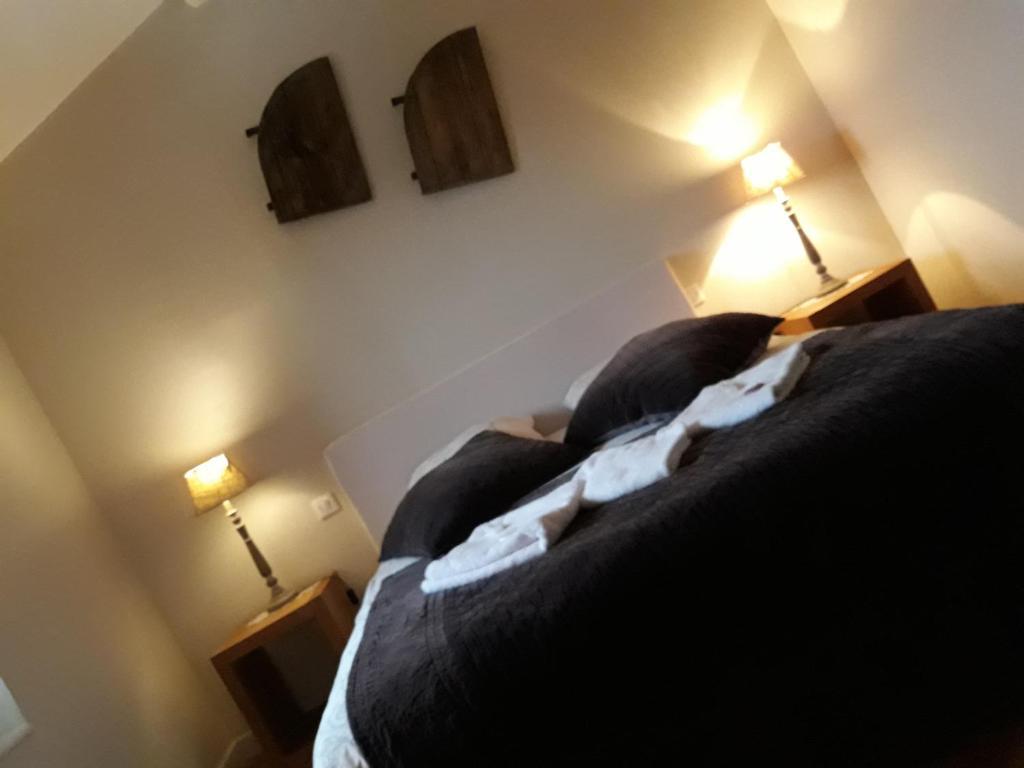 A bed or beds in a room at B&B La Demeure De La Cite