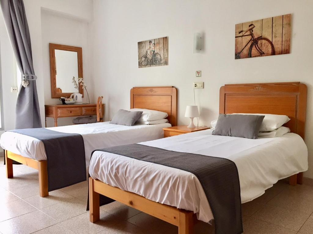 A bed or beds in a room at Casa d'Hostes Cala Millor