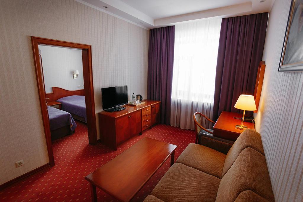 Гостиная зона в Бизнес отель Нефтяник на Толстого