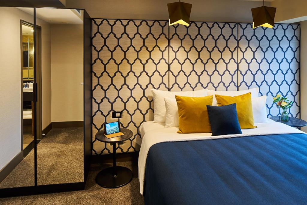 A bed or beds in a room at Bolton Hotel