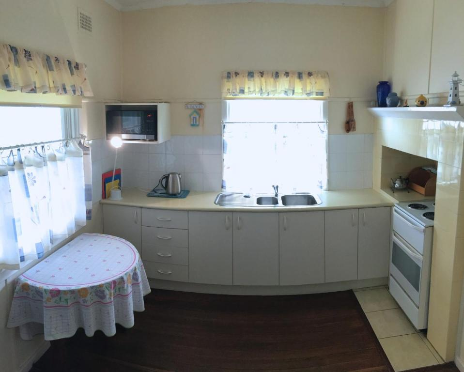 A kitchen or kitchenette at Lorikeet Retreat, 11 Hodgson Street