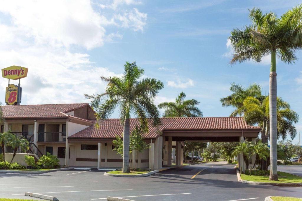 Super 8 by Wyndham Riviera Beach West Palm Beach