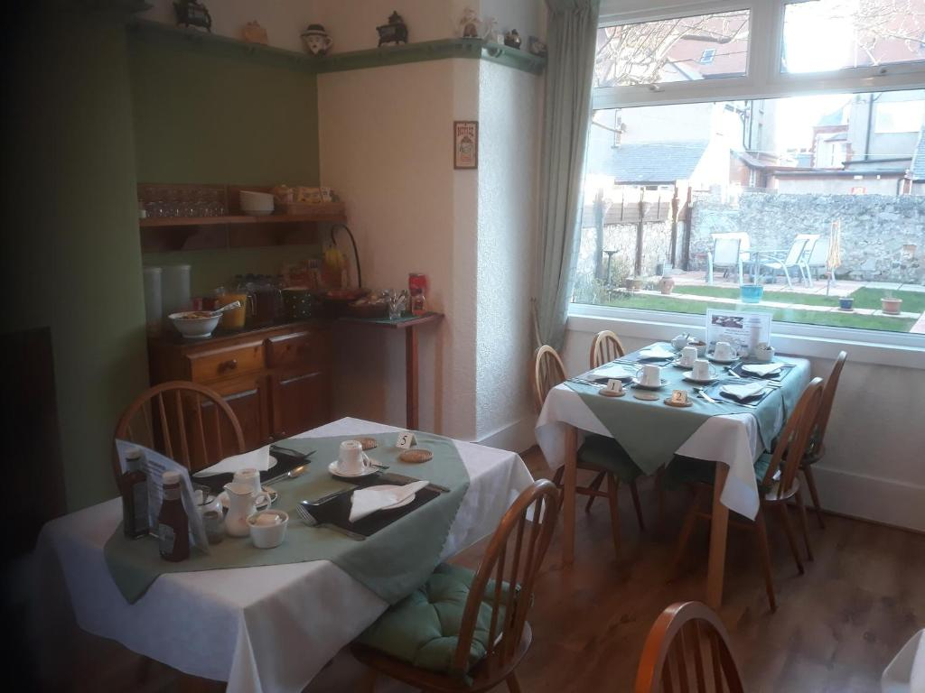 A restaurant or other place to eat at Glenavon Guest House