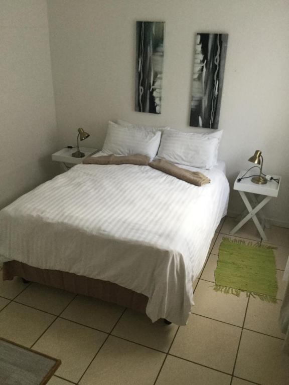 Self-catering Studio, Unit 3 on Krupp tesisinde bir odada yatak veya yataklar