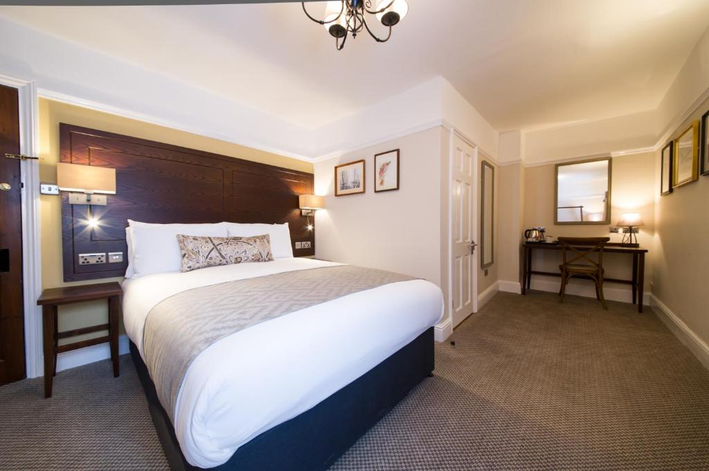 A bed or beds in a room at Innkeeper's Lodge St Albans, London Colney