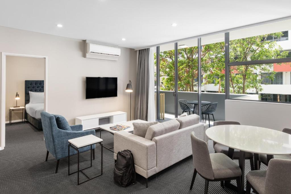 A seating area at Meriton Suites Waterloo