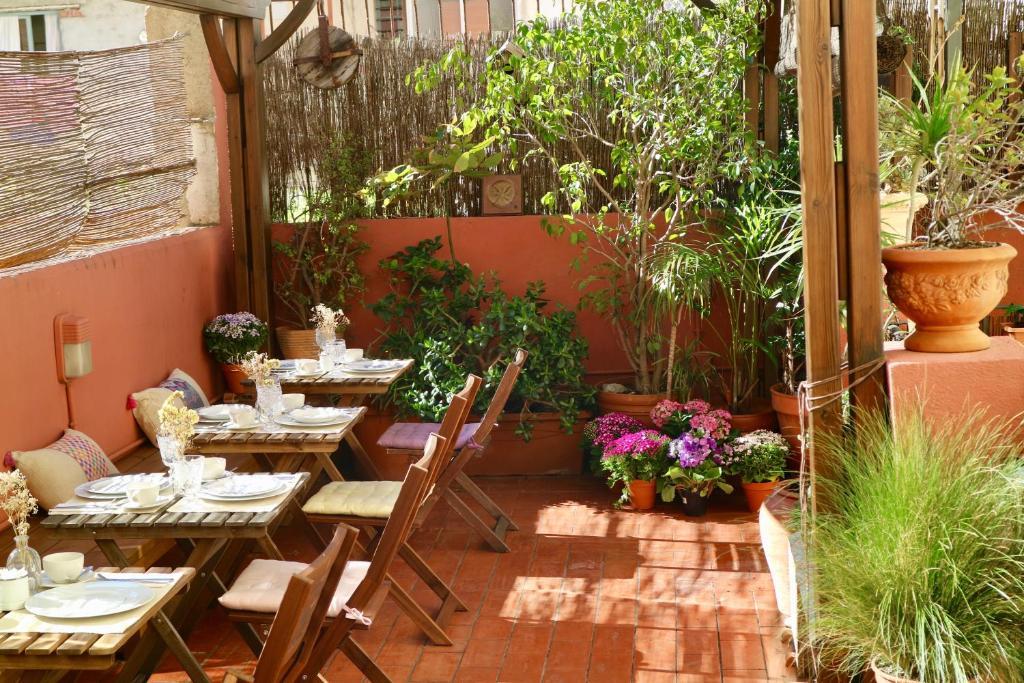 Ein Restaurant oder anderes Speiselokal in der Unterkunft Hostal Poblenou B&B