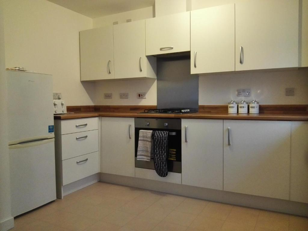 A kitchen or kitchenette at Celtic Park and Emirates Arena Apartment