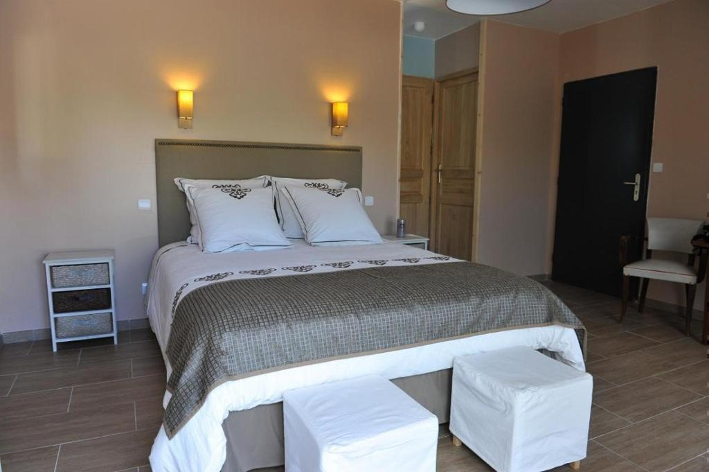 A bed or beds in a room at Le Clos du Pontet