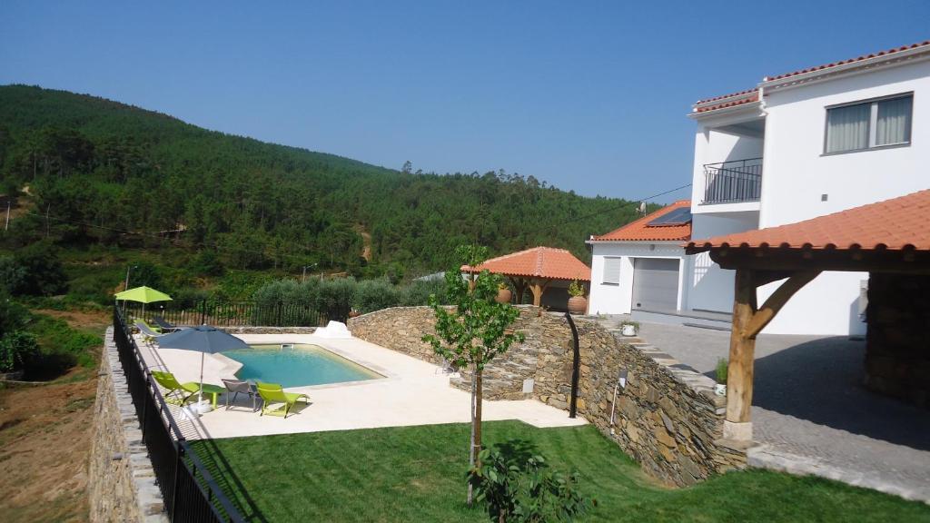 The swimming pool at or near Moradia com Piscina