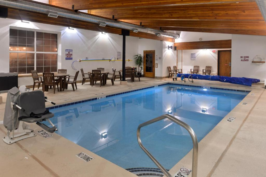 The swimming pool at or near Stage Coach Inn