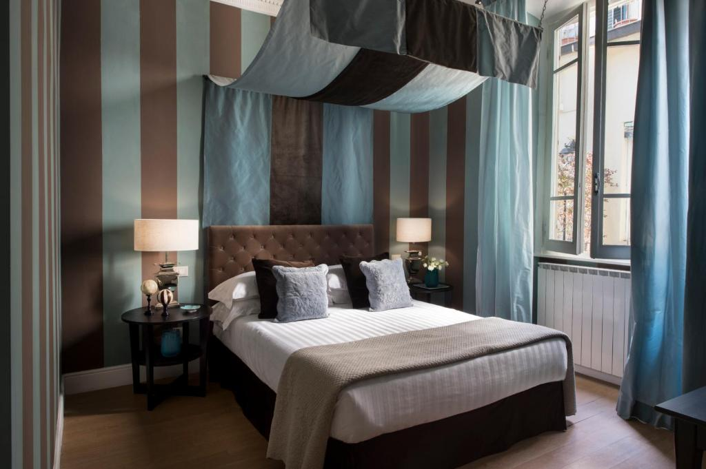 A bed or beds in a room at Palazzo Branchi - Luxury Suites