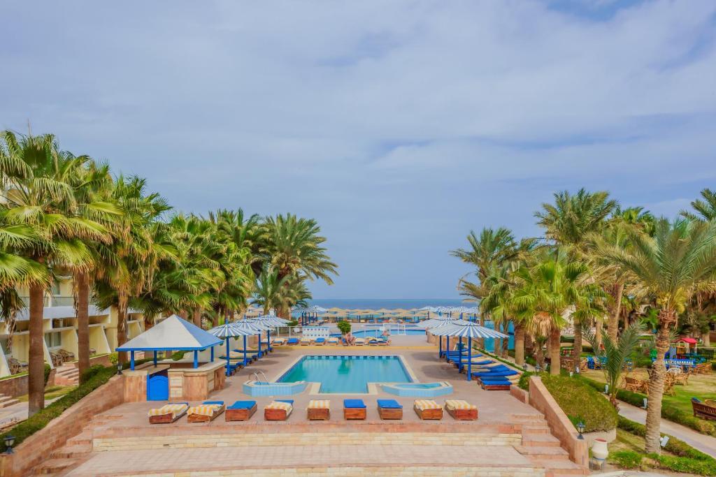 Het zwembad bij of vlak bij Empire Beach Resort