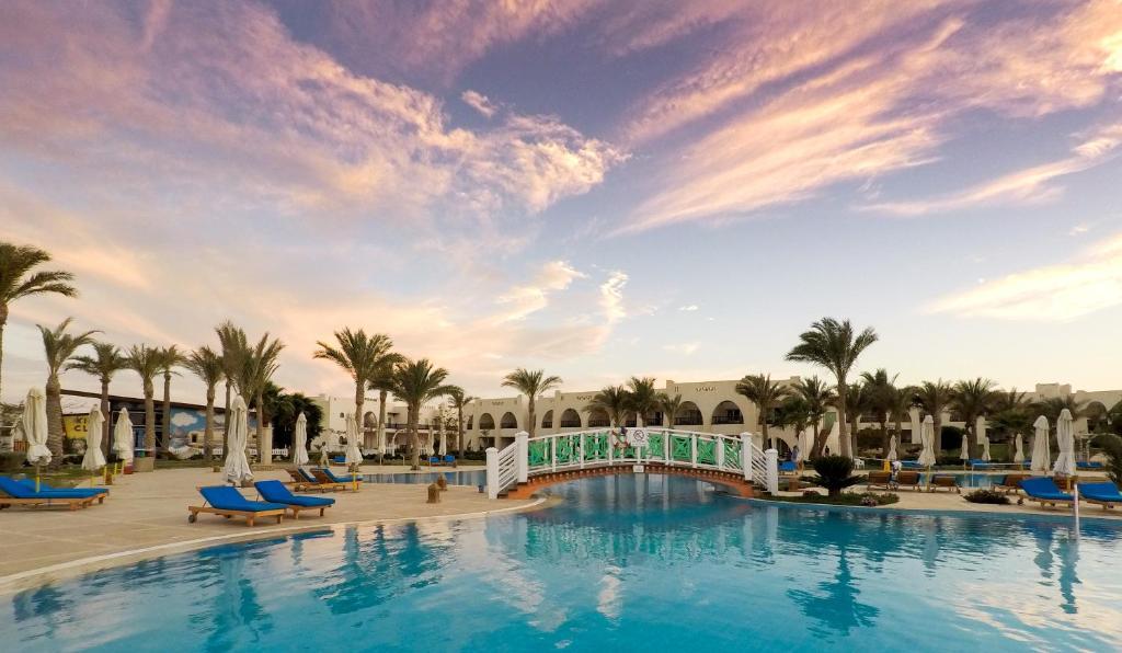 Bazén v ubytování Hilton Marsa Alam Nubian Resort nebo v jeho okolí
