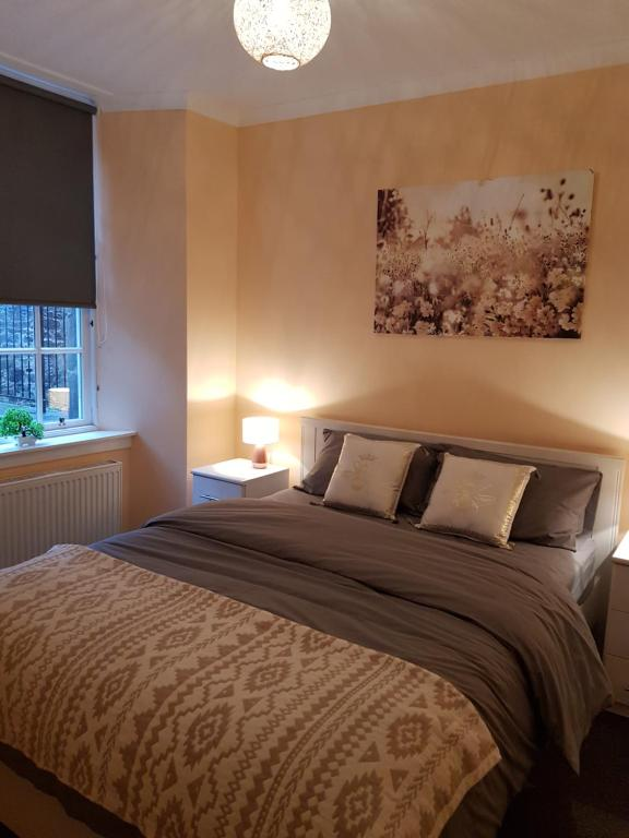 A bed or beds in a room at One Bedroom Flat by Stirling Castle