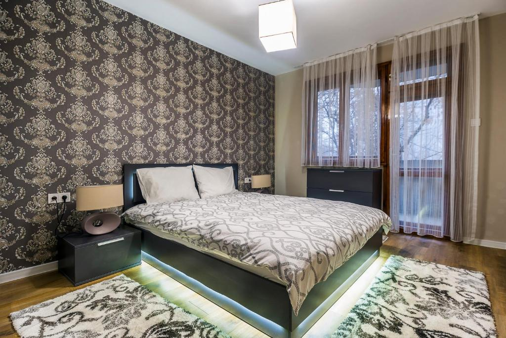 A bed or beds in a room at Luxury new two bedroom apartment