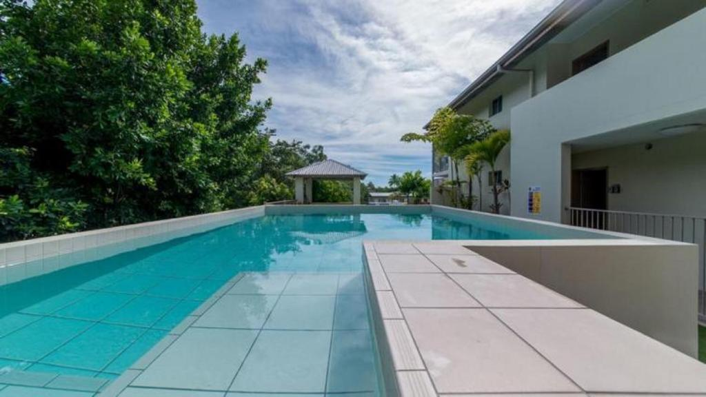 The swimming pool at or near Watersons at Airlie Central Apartments