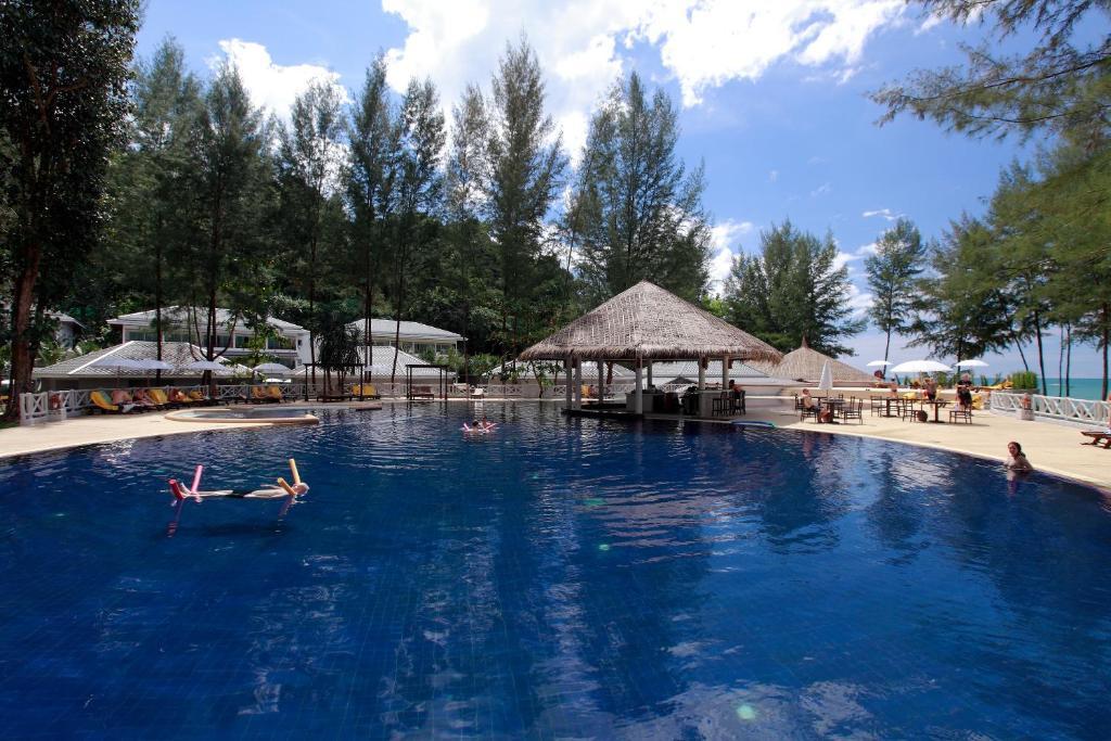 Der Swimmingpool an oder in der Nähe von TUI BLUE Khao Lak Resort