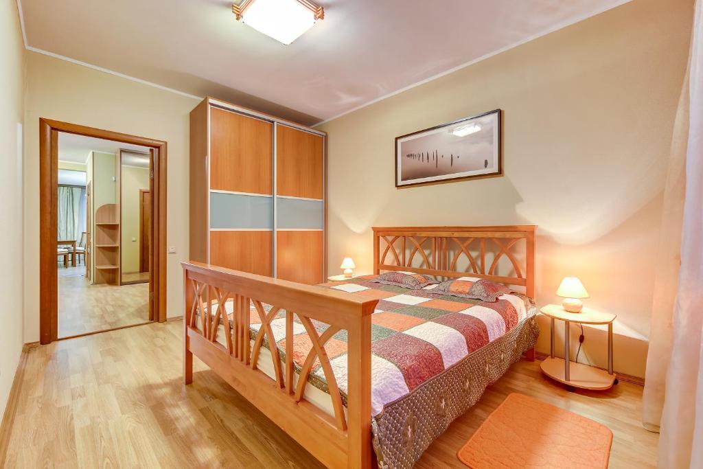 Кровать или кровати в номере SutkiPeterburg Ozerki
