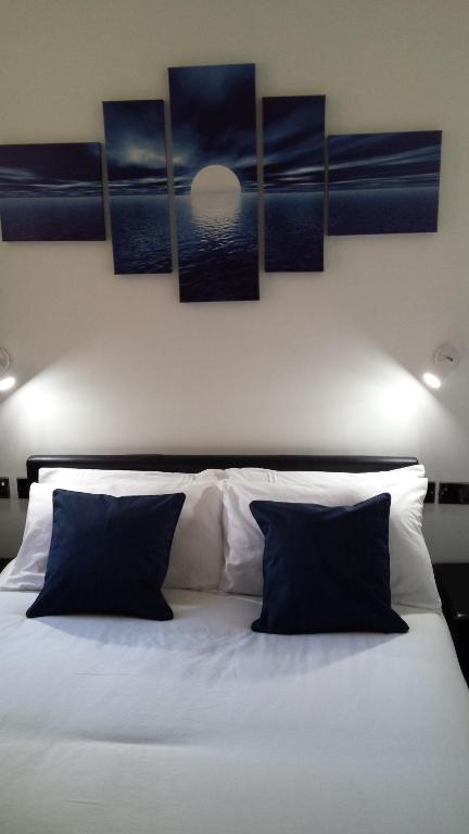 A bed or beds in a room at Sunrise Avenue Hotel