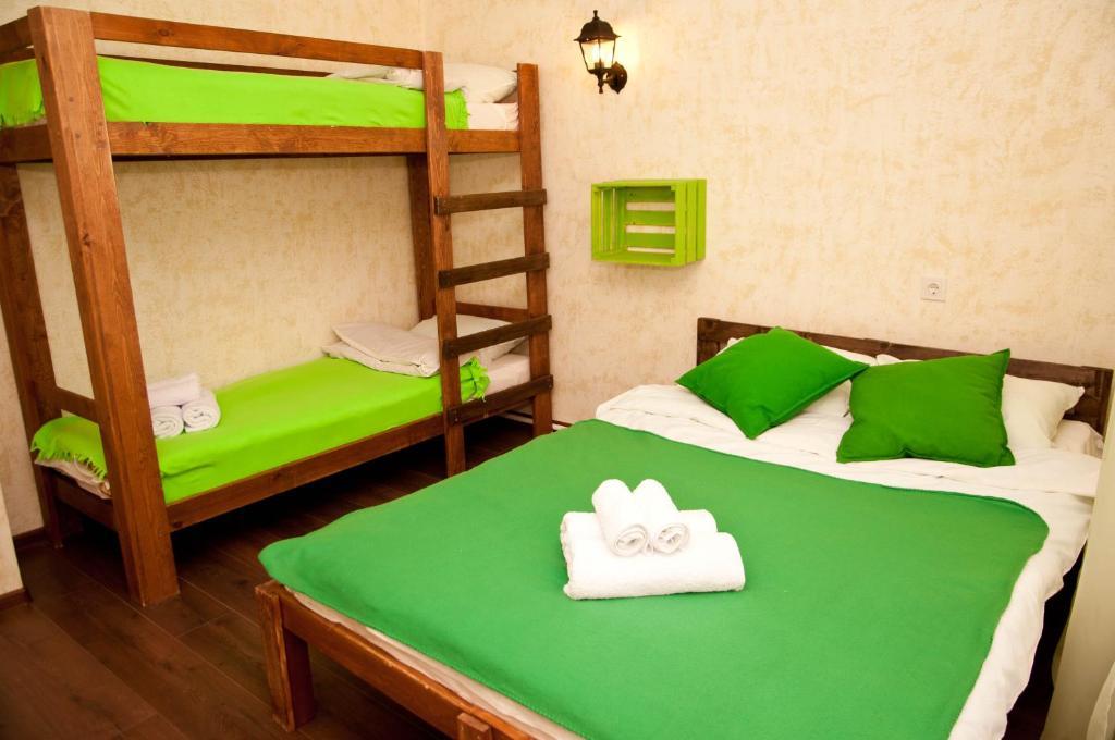 """Двухъярусная кровать или двухъярусные кровати в номере """"Соня"""" мини-гостиница"""