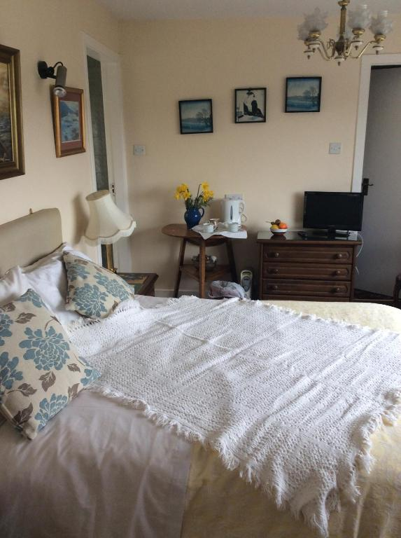 A bed or beds in a room at Highfield House B&B