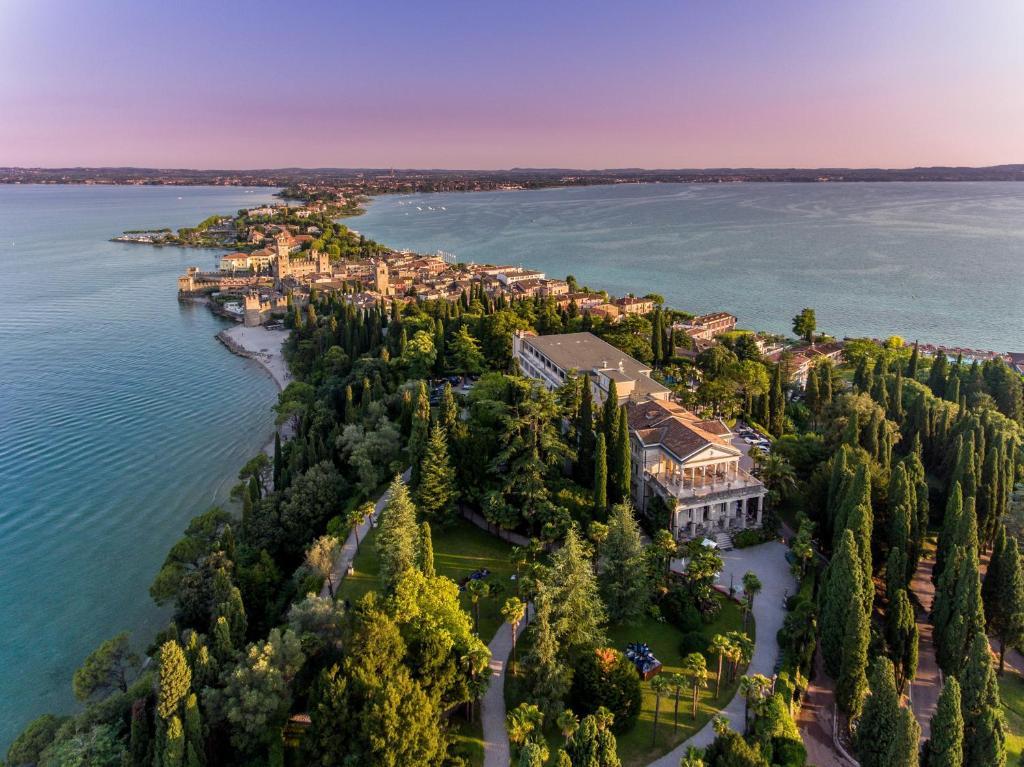 Een luchtfoto van Villa Cortine Palace Hotel