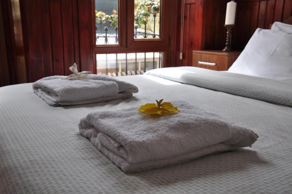 سرير أو أسرّة في غرفة في Saatli Konak Pansiyon