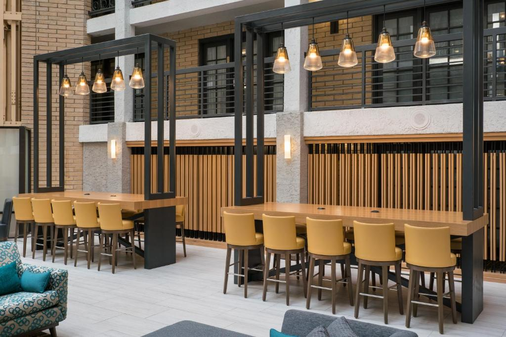 The lounge or bar area at Embassy Suites Austin - Central
