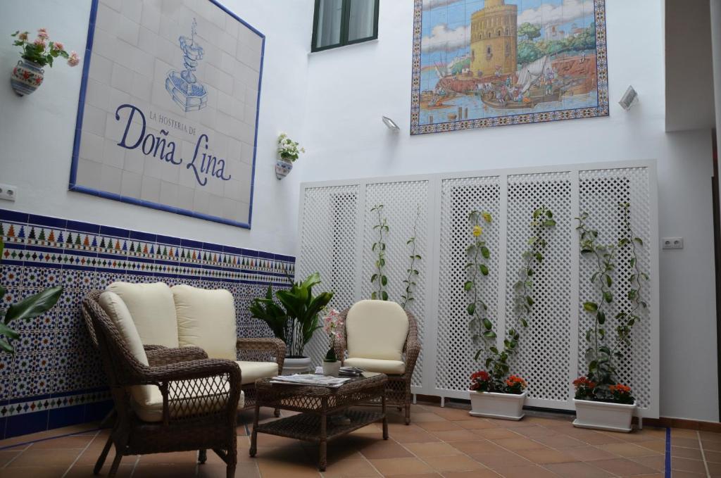El vestíbulo o zona de recepción de Hotel Doña Lina