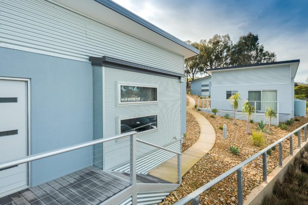 A balcony or terrace at Albury Yalandra Apartment 5