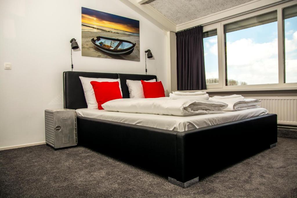 A bed or beds in a room at De Strandgaper