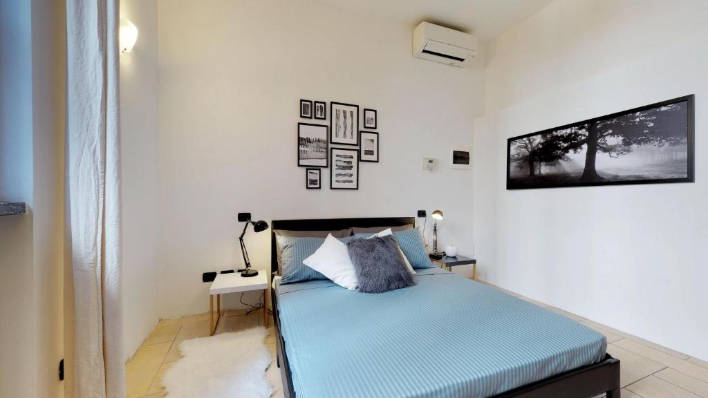 A bed or beds in a room at Apartment with private garden near San Siro Stadium