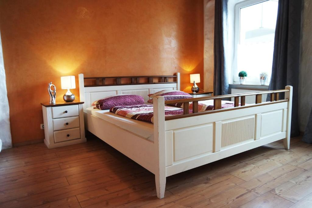 A bed or beds in a room at Ferienwohnung Norddeich