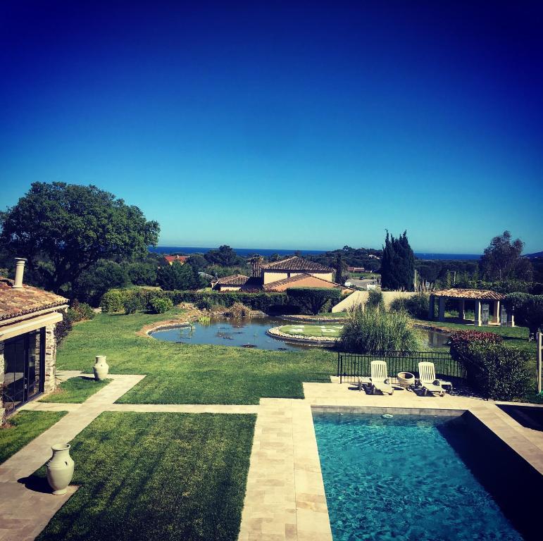 Vue sur la piscine de l'établissement Villa Alba ou sur une piscine à proximité