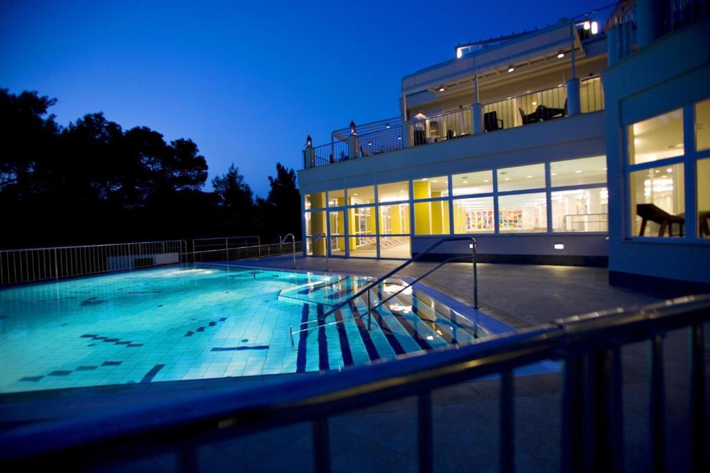 Het zwembad bij of vlak bij Hotel Aurora