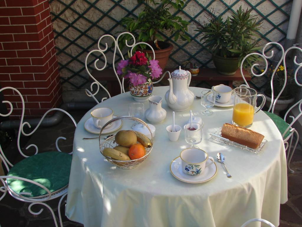 Breakfast options available to guests at B&B Le Cottage Paris Saclay
