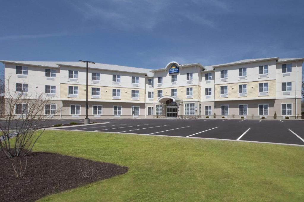 Days Inn & Suites by Wyndham Altoona