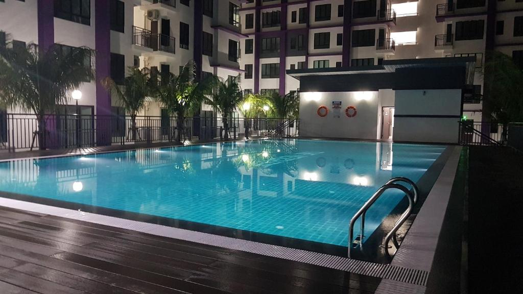 The swimming pool at or close to SkyHomestay @ The Heights Residence