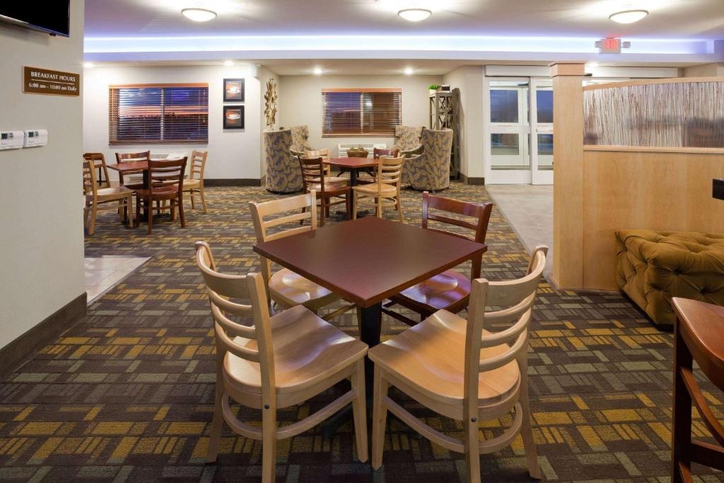 A restaurant or other place to eat at AmericInn by Wyndham Sibley
