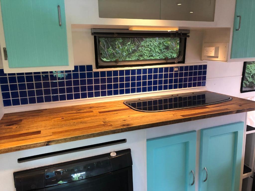 A kitchen or kitchenette at Birdcage @ Byron
