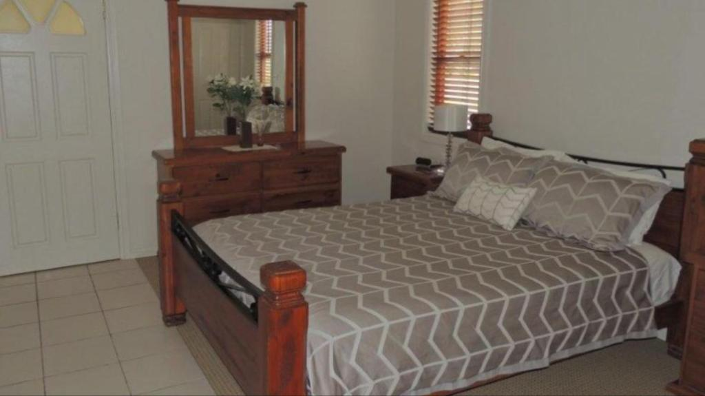 A bed or beds in a room at Avon View Stays Accommodation.