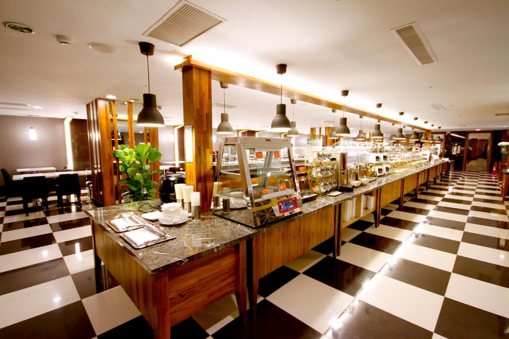 A restaurant or other place to eat at Kindness Hotel - Kaohsiung Main Station