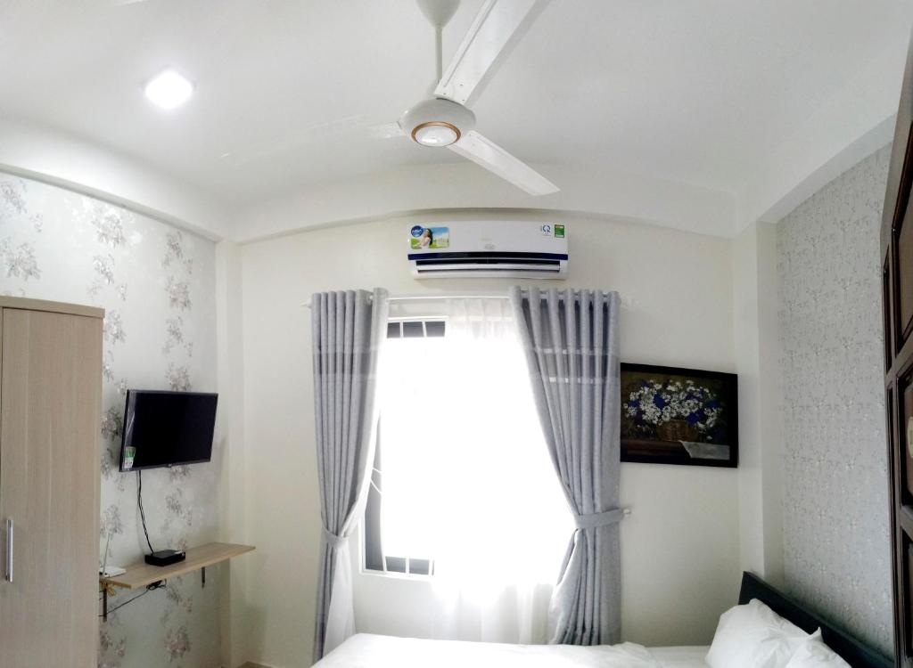 A television and/or entertainment centre at Tin Tin Hue Hostel