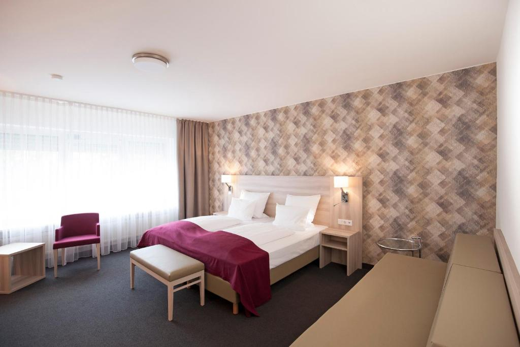 A bed or beds in a room at Hotel Senator München