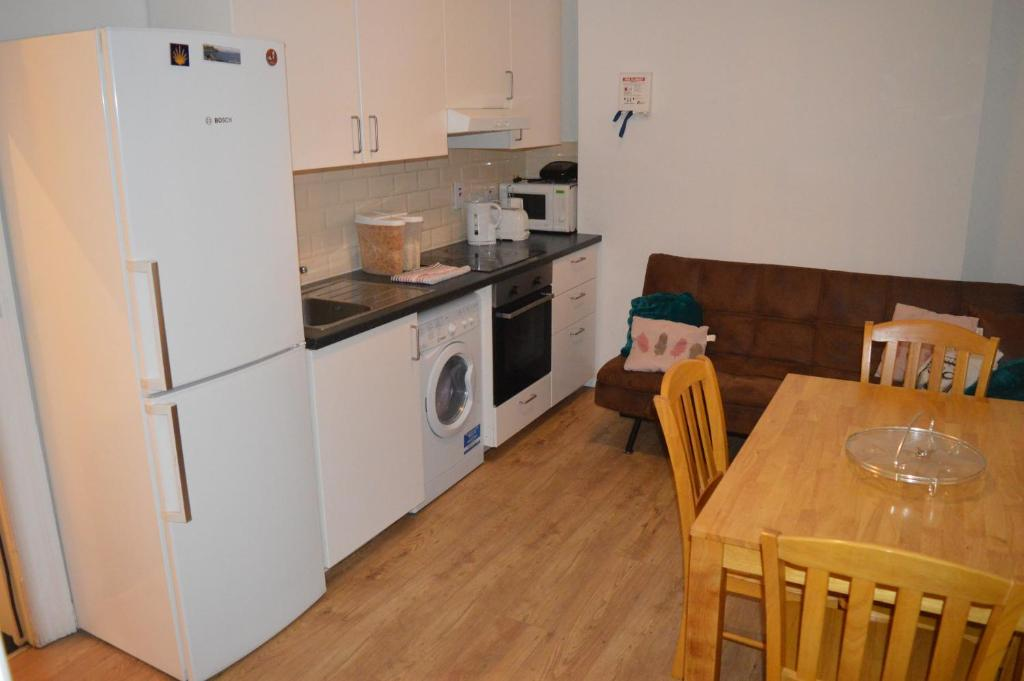 A kitchen or kitchenette at Stylish Dublin Apartments